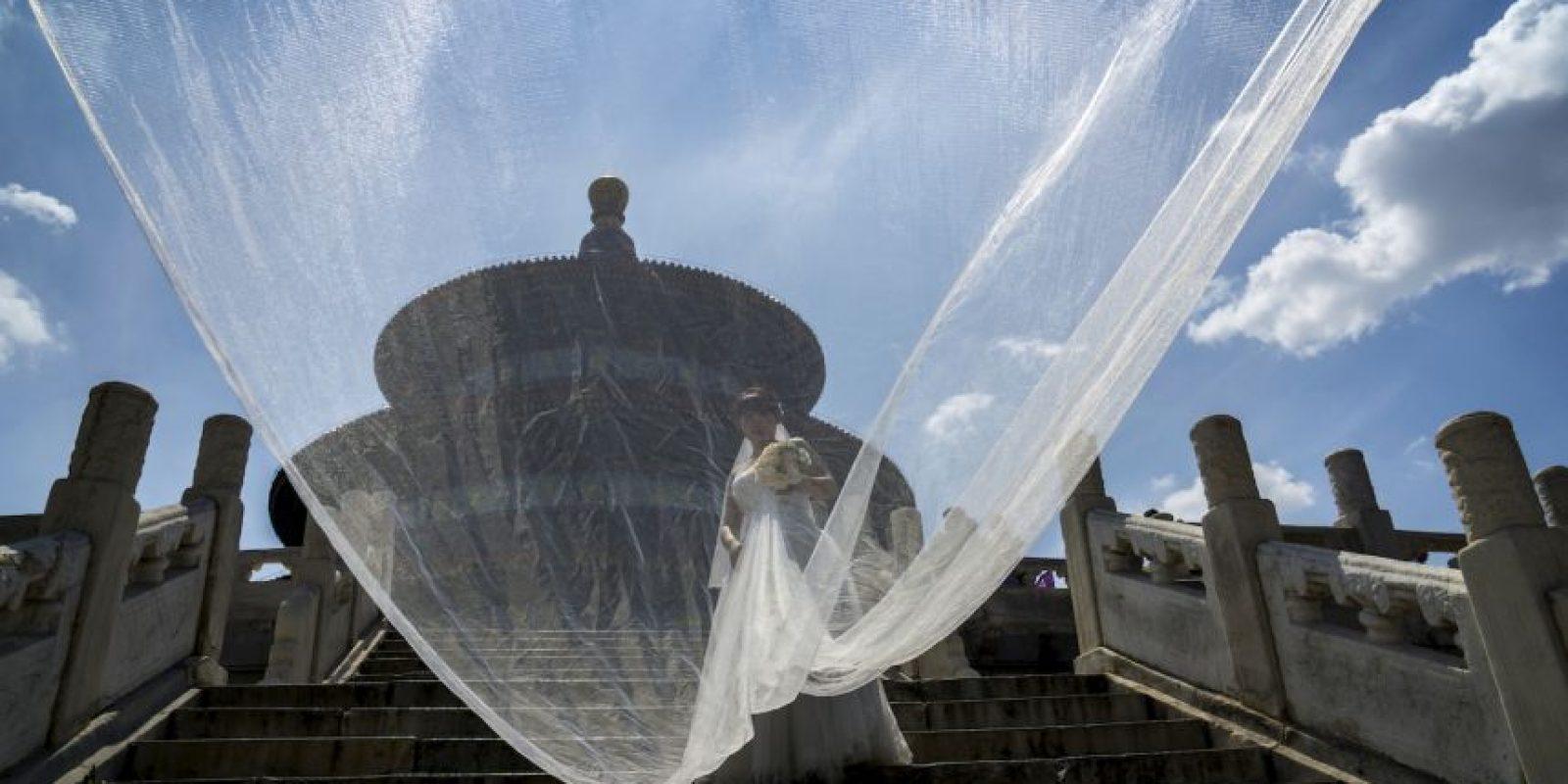 Mujer china posa para sus fotos de bodas. Foto:AFP