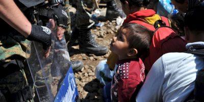 Migrantes en la frontera de Grecia y Macedonia. Foto:AFP