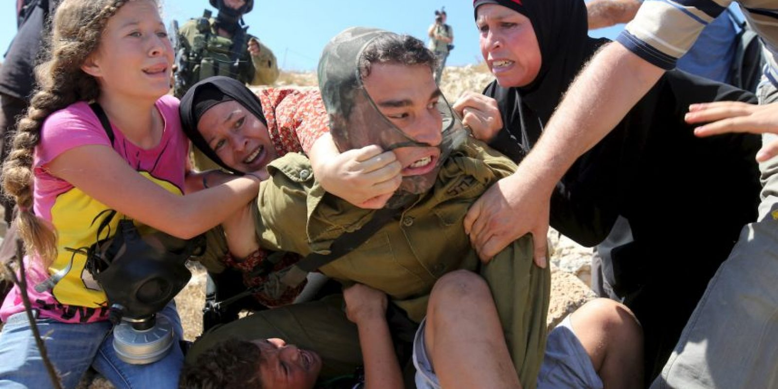 Trataban de quitarle al menor, pero poco podían hacer Foto:AFP