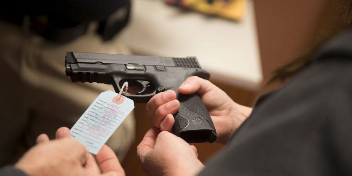 Mujer apunta con una pistola a adolescentes que amenazaban a su hijo