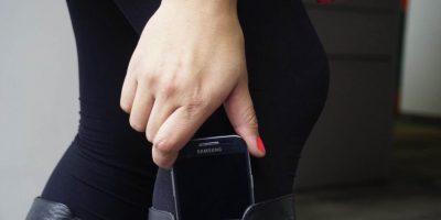 Una forma segura de portar el celular es guardarlo en las botas altas. Foto:Juan Pablo Pino / PUBLIMETRO
