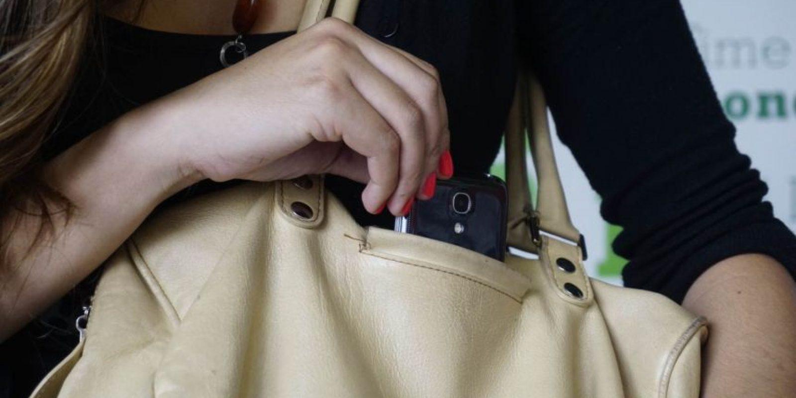 Nunca lleve el celular a la vista, es un blanco fácil para los cosquilleros. Foto: la acomode de tal forma que quede atravesada en el bolsillo