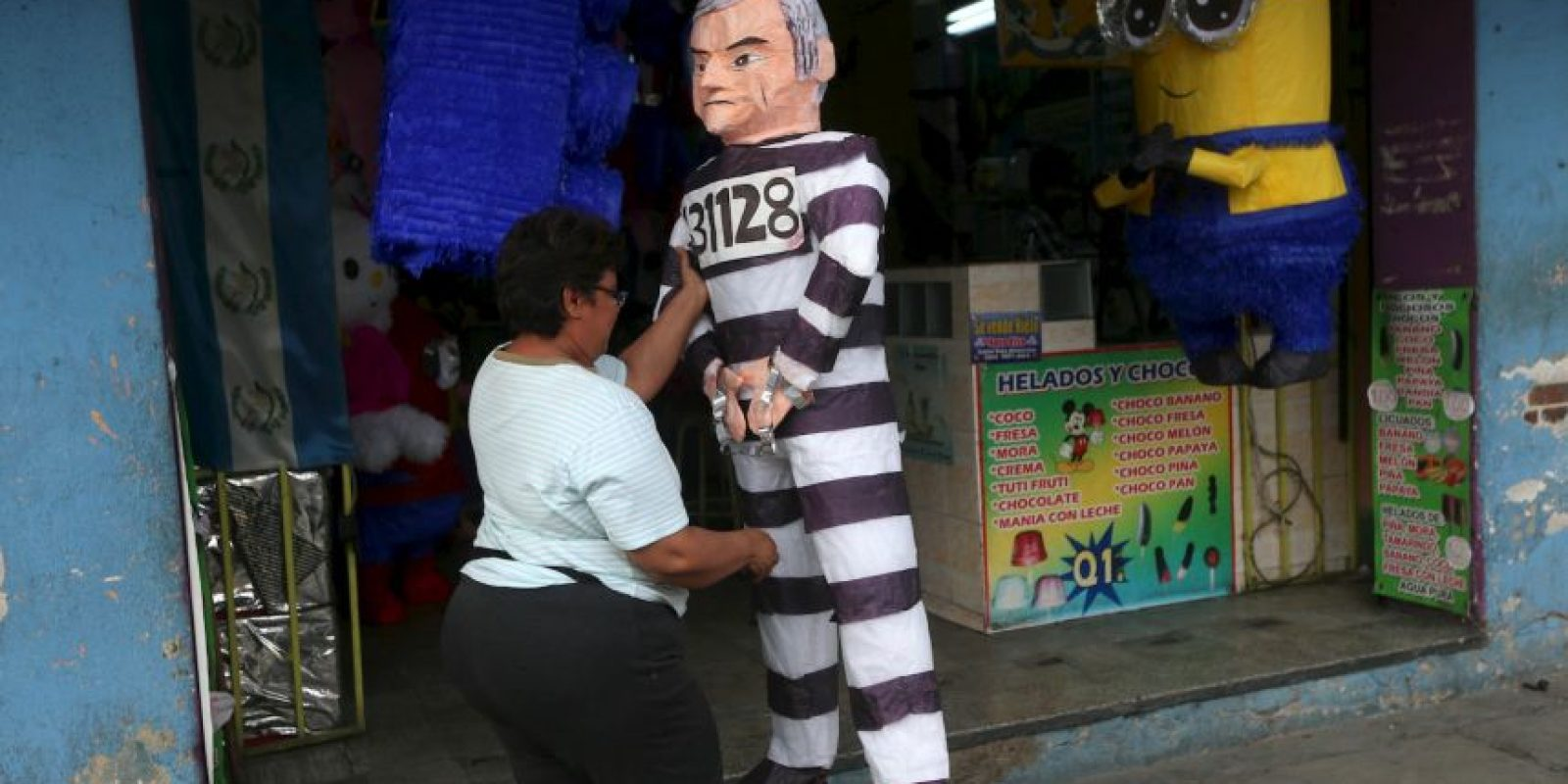 Ya hay piñatas del exmandatario, portando un uniforme de rayas Foto:AP