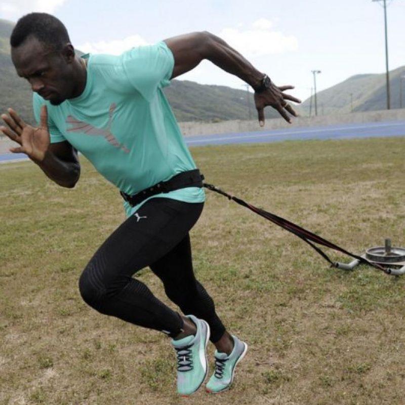 Utiliza gomas elásticas para trabajar la potencia de sus piernas y los movimientos que debe hacer a la salida de las carreras. Foto:Vía instagram.com/usainbolt