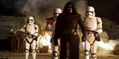 por eso usa una máscara parecida, y el sable de luz en forma de cruz es una invención d Foto:Lucasfilms