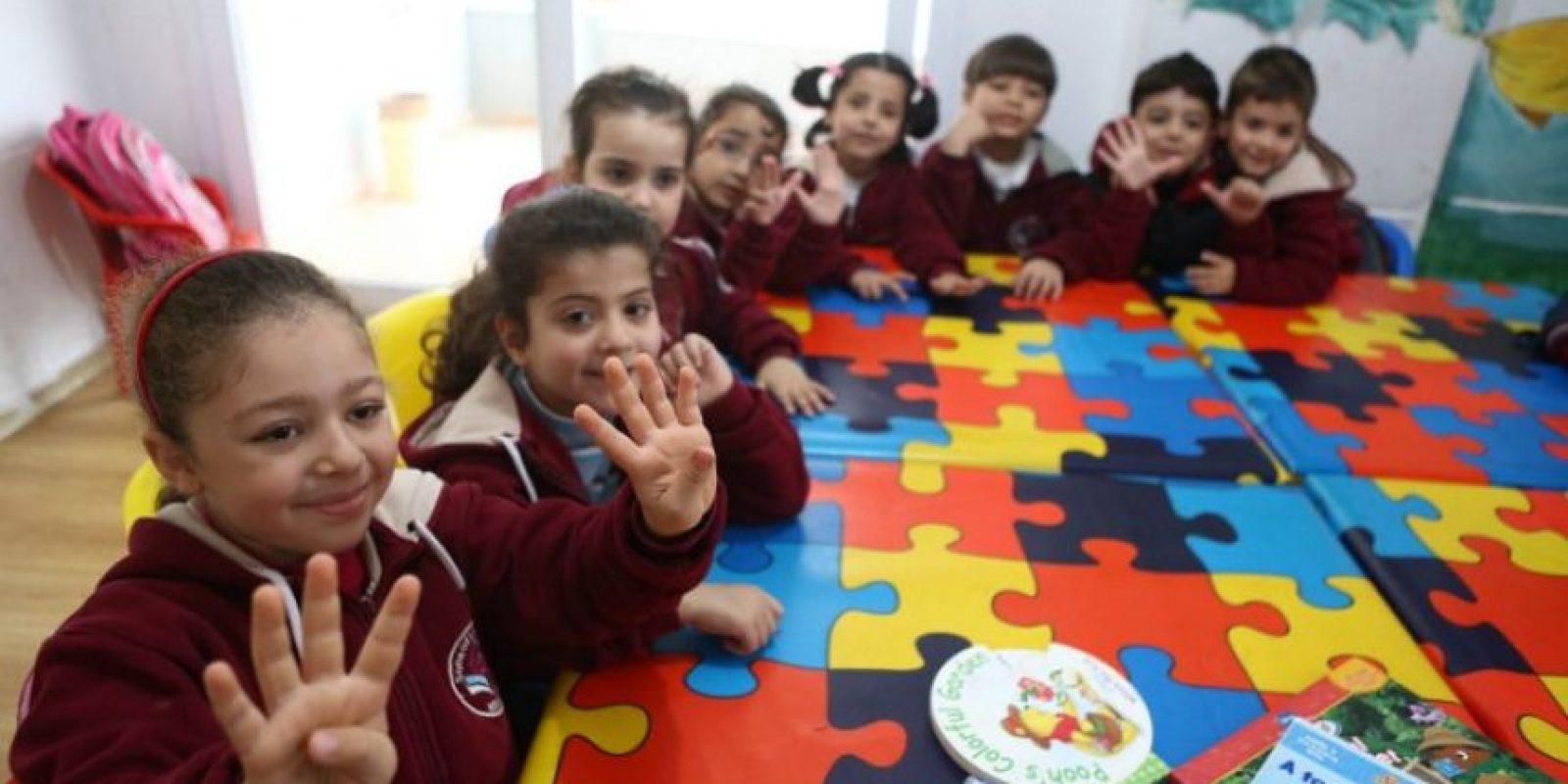Disfrutan de enseñar a los niños, aseguran que trabajar con ellos los mantiene jóvenes y durante todo el día tienen una variedad de creatividad en el trabajo. Foto:AFP