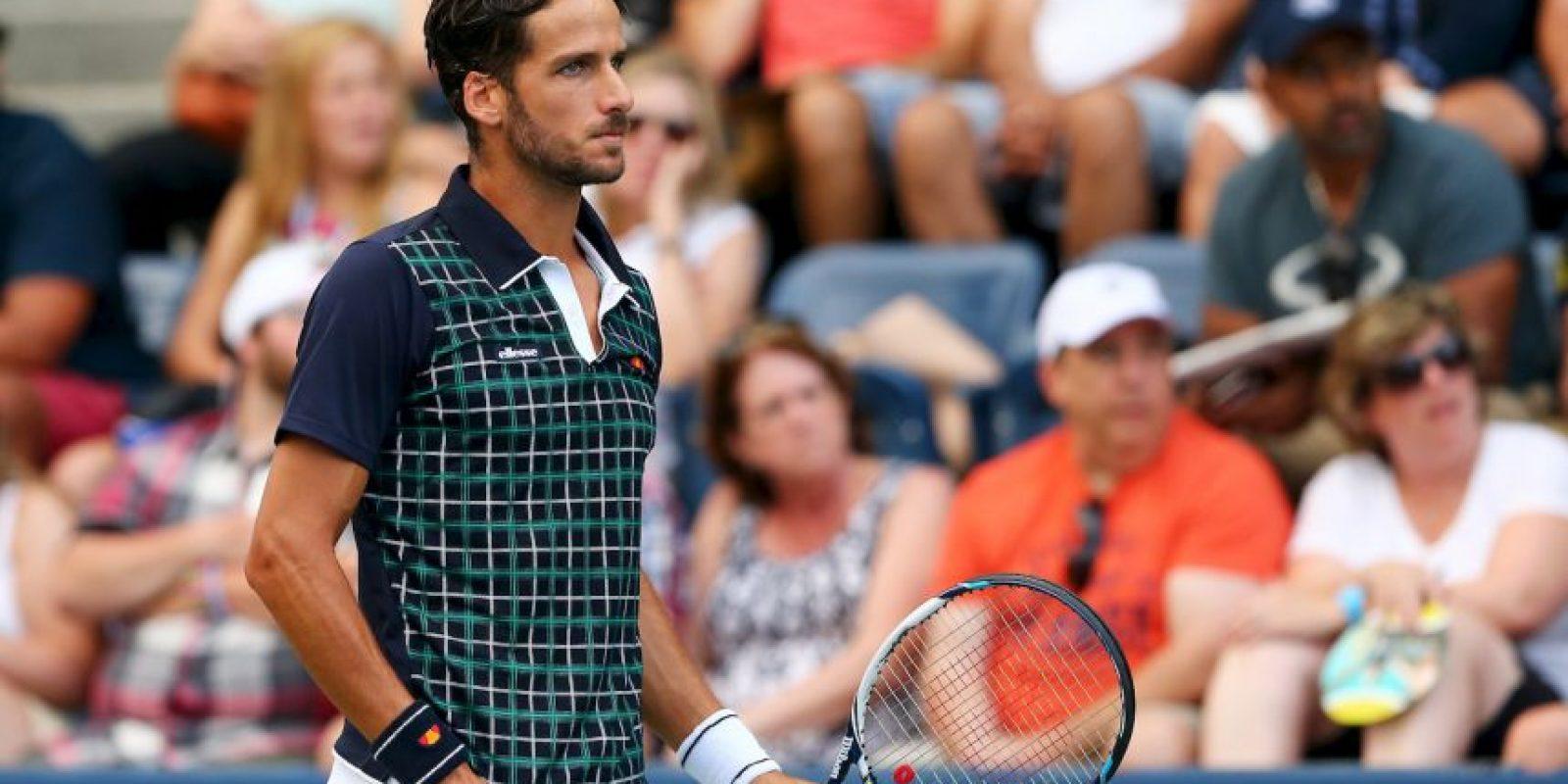 Este elegante español luce impecable en sus partidos con el short en blanco y su camiseta con diseños de cuadrados. Foto:Getty Images