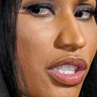 Y cómo los cubre el maquillaje. Foto:vía Celebrity Closeup/Tumblr