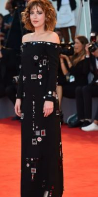 No es fácil usar este vestido. Dakota Johnson lo arruinó con su pelo. Foto:vía Getty Images