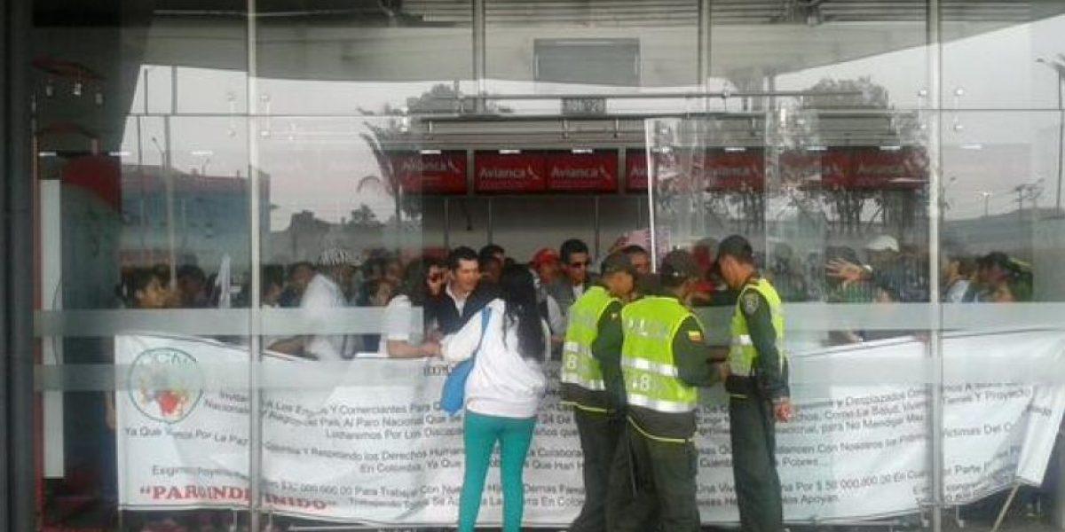 Desplazados bloquean el Puente Aéreo de Bogotá
