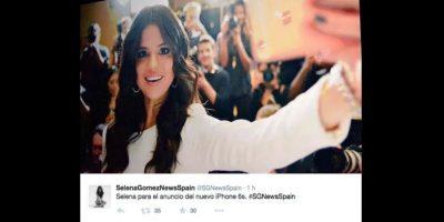 En el video apareció con el modelo rosa del gadget con el que se toma un selfie Foto:Twitter