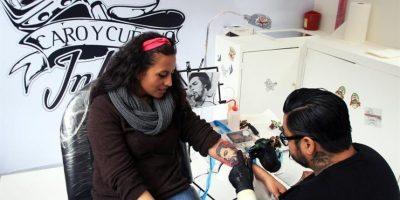 El tatuador encargado fue Carlos Eduardo Herrera, con más de 30 años de experiencia Foto:EFE