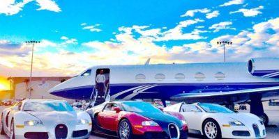 Gusta de presumir su dinero, autos y joyas