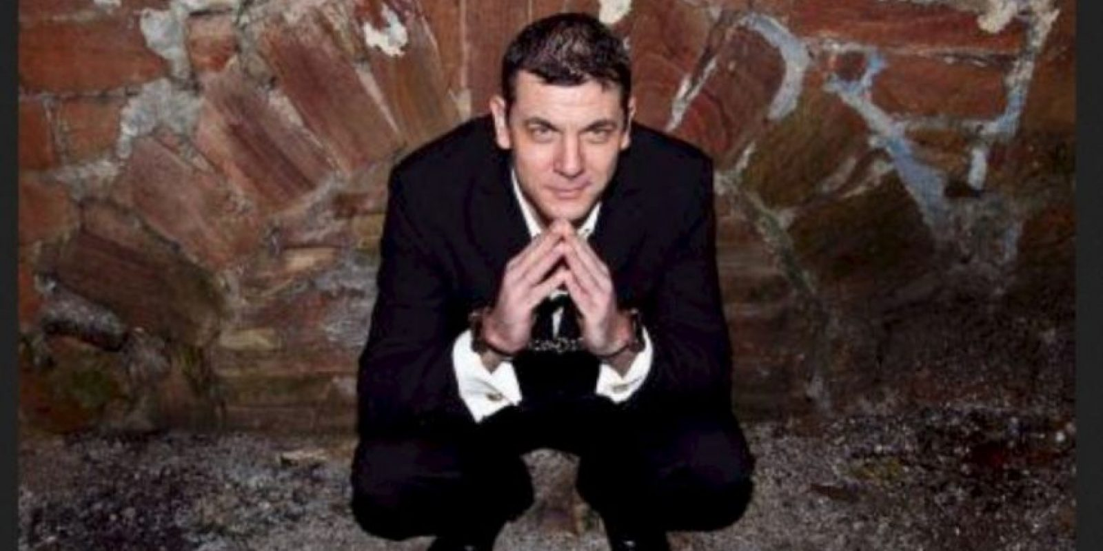 """El """"mago"""", de West Yorkshire, Inglaterra, tuvo que ser rescatado por un grupo de paramédicos, casi nueve minutos después de enterrarse un metro (seis pies) bajo tierra, informó el periódico """"The Huffington Post"""" el pasado 8 de septiembre. Foto:Vía Twitter @AntonyBritton"""