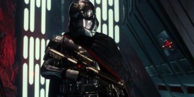 por eso usa una máscara parecida, y el sable de luz en forma de cruz es una invención de él Foto:Lucasfilm