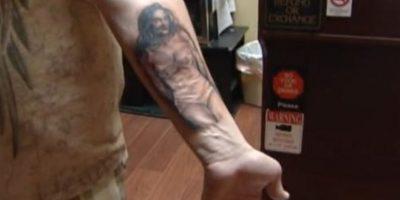 4.- Jason Hatfield, un hombre de Carolina del Norte, Estados Unidos, se tatuó su figura en el brazo. Foto:vía twitter.com/WXII