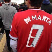 Este hincha del Manchester United nos enseña a reciclar las camisetas: de Di María a Mata. Foto:Vía twitter.com/troll__football