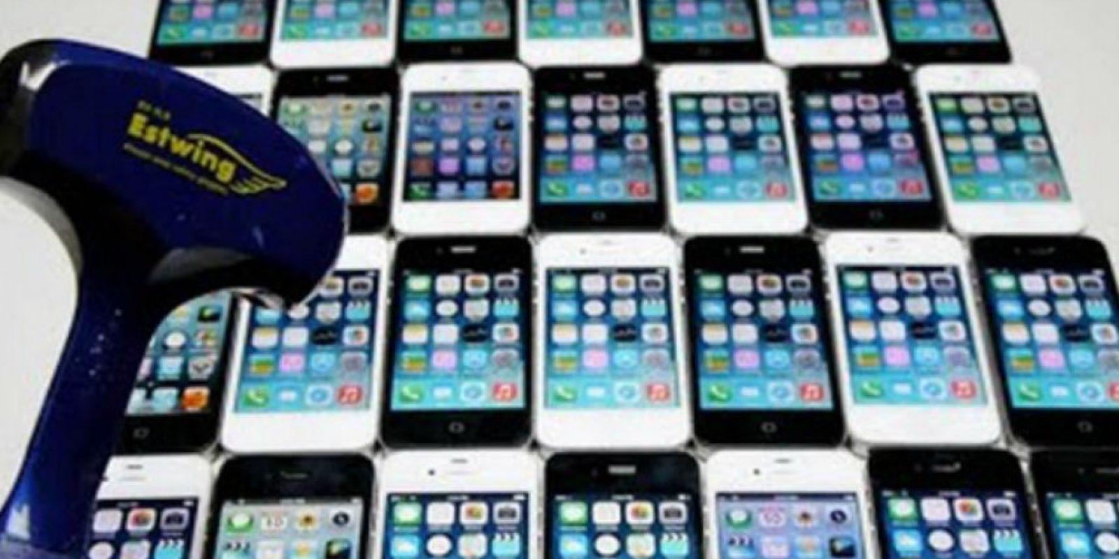 30 iPhones fueron destruidos sin piedad. Foto:vía TechRax / YouTube