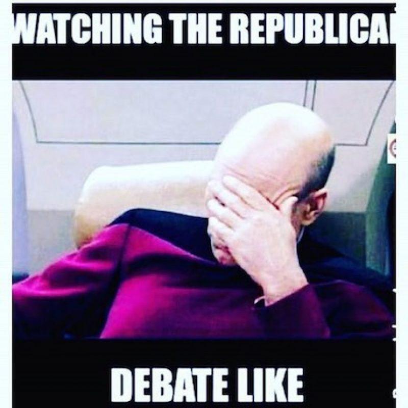 Los usuarios de internet se burlaron de su forma de ver el debate Foto:Twitter.com