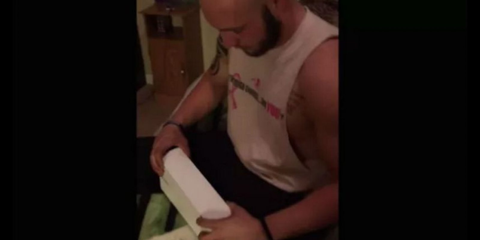La caja blanca hizo suponer a este hombre que recibía un Apple Watch. Foto:vía YouTube.com