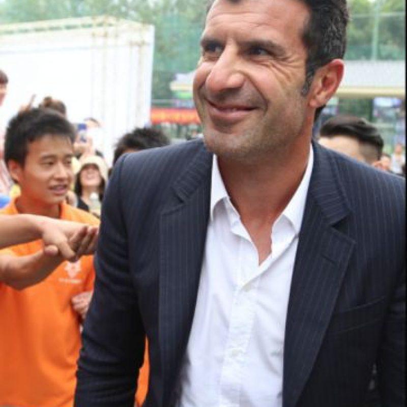 Fue el primer galáctico en salir del club cuando fichó por el Inter de Milán en 2005, equipo en el que se retiraría cuatro años más tarde. Tiene una fundación que se dedica a ayudar a los niños y también fue embajador del Comité Portugués de la UNICEF. A principios de 2015 buscó la presidencia de la FIFA pero renunció a su candidatura pues aseguró que todo estaba preparado para que Joseph Blatter se reeligiera. Foto:Getty Images