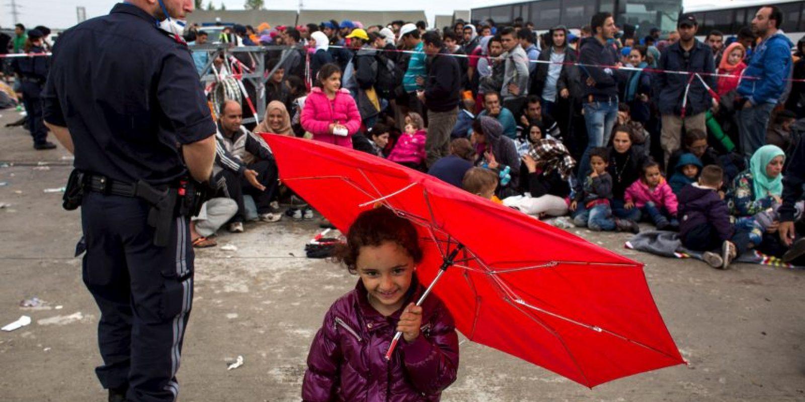 Migrantes esperan autobús en la frontera de Hungría y Serbia. Foto:AFP