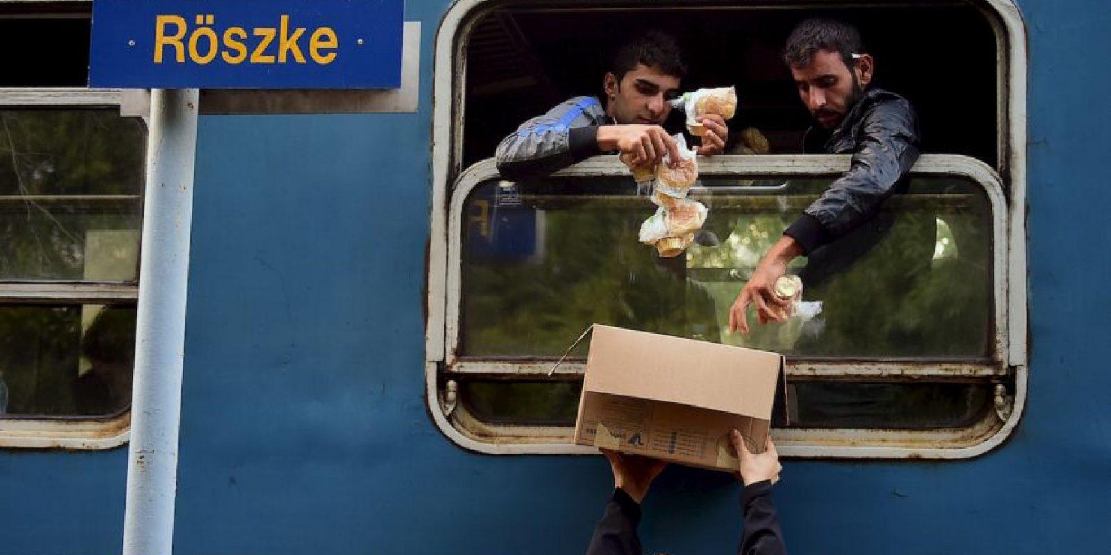 Migrantes reciben desayuno en Hungría. Foto:AFP
