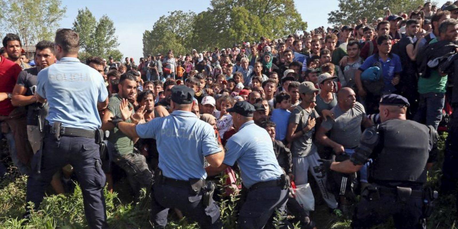 Refugiados rompen un cordon policial para tratar de entrar a Croacia. Foto:AFP