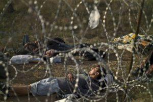 Y que desde el 15 de septiembre cruzar la frontera ilegalmente es un crimen. Foto:AP