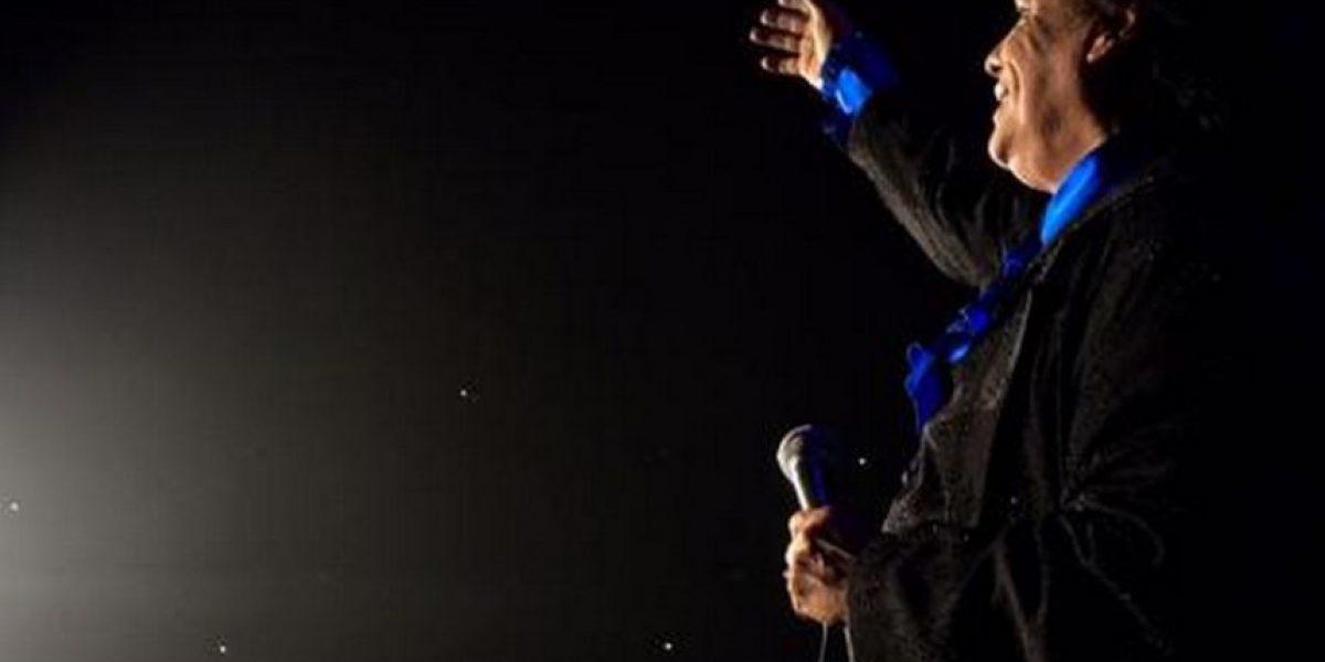 Juan Gabriel sorprende a sus fans y se quita la ropa en pleno concierto