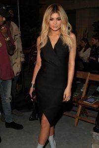 El vestido estaba bien… hasta que se puso las botas y nos dimos cuenta de que parecía la versión joven de Donatella Versace. Foto:vía Getty Images