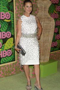 Rita Wilson en 2010, mostrando lo que ha aprendido en sus cursos de manualidades mientras consigue otro papel. Foto:vía Getty Images