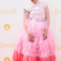 """Parecía el """"Tío Lucas"""" de """"Los Locos Addams 2"""" enfundada en una piñata rosa. Foto:vía Getty Images"""