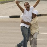 Por otro lado, dos hombres fueron detenidos por lanzar folletos durante la misa. Foto:AP