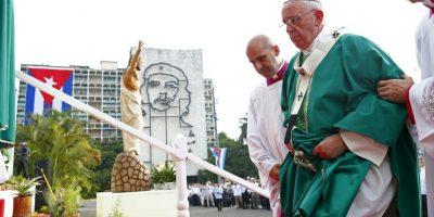 """""""Servir significa, en gran parte, cuidar la fragilidad. Cuidar a los frágiles de nuestras familias, de nuestra sociedad, de nuestro pueblo"""", sostuvo el papa. Foto:AP"""