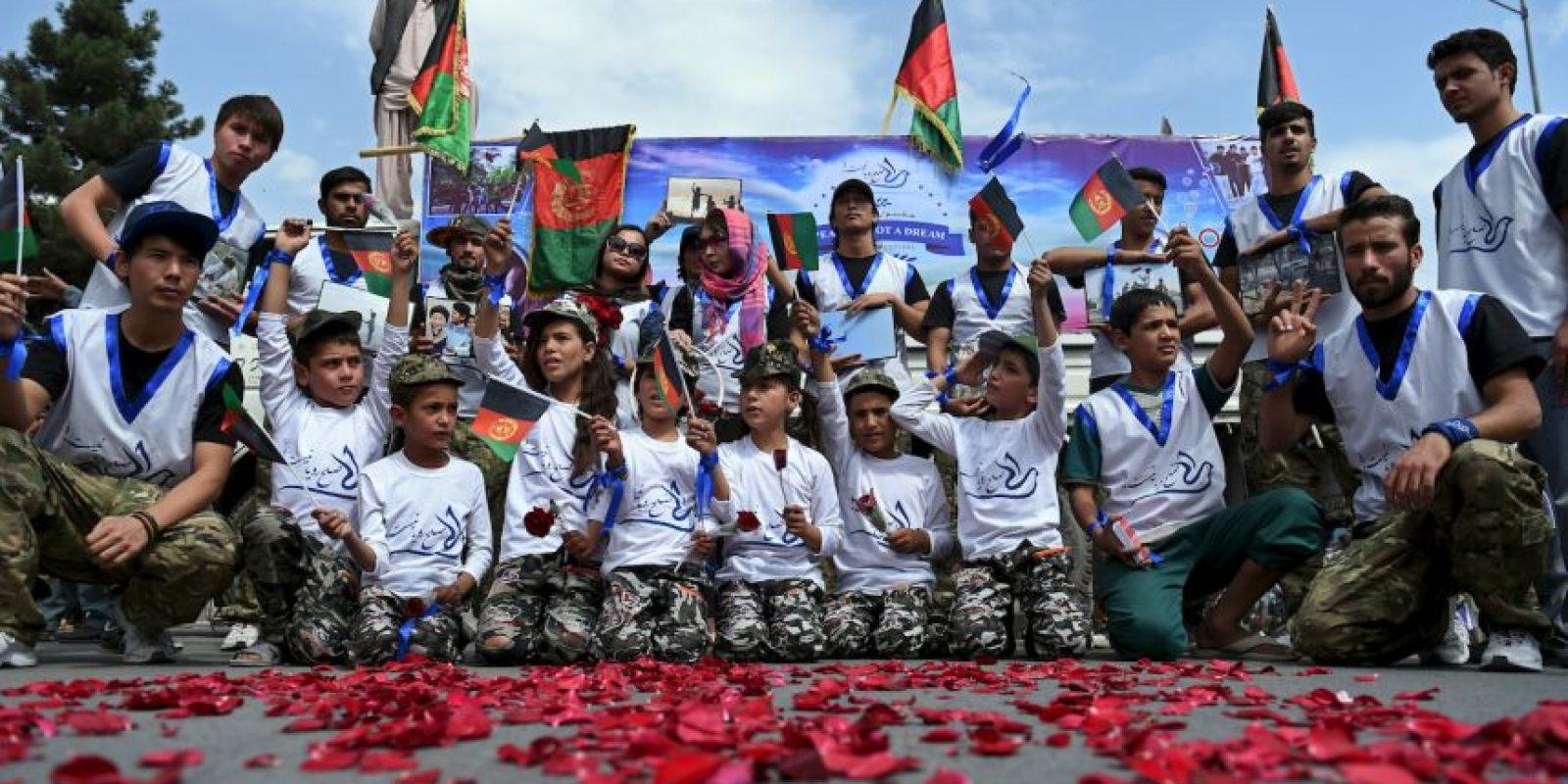En Afganistán se ondearon banderas nacionales para hacer campaña por la paz. Foto:AFP