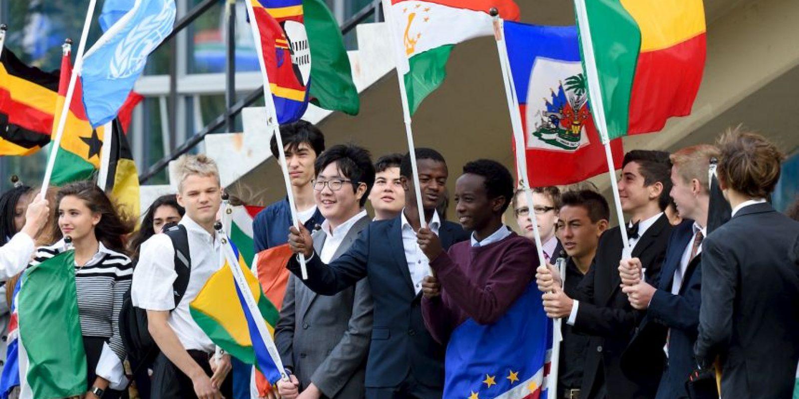 Estudiantes sostuvieron las banderas de los distintos países del mundo durante la ceremonia de la Campana de la Paz, en Nueva York Foto:AFP