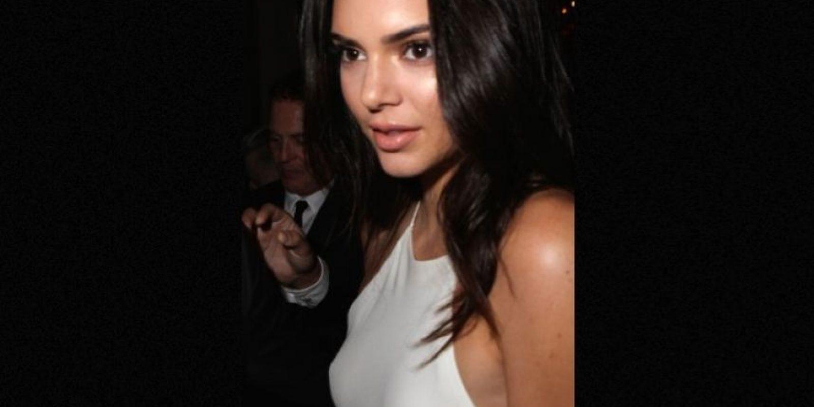 """Su ajustado vestido blanco dejó al descubierto su """"nipple piercing"""" Foto:Grosby Group"""