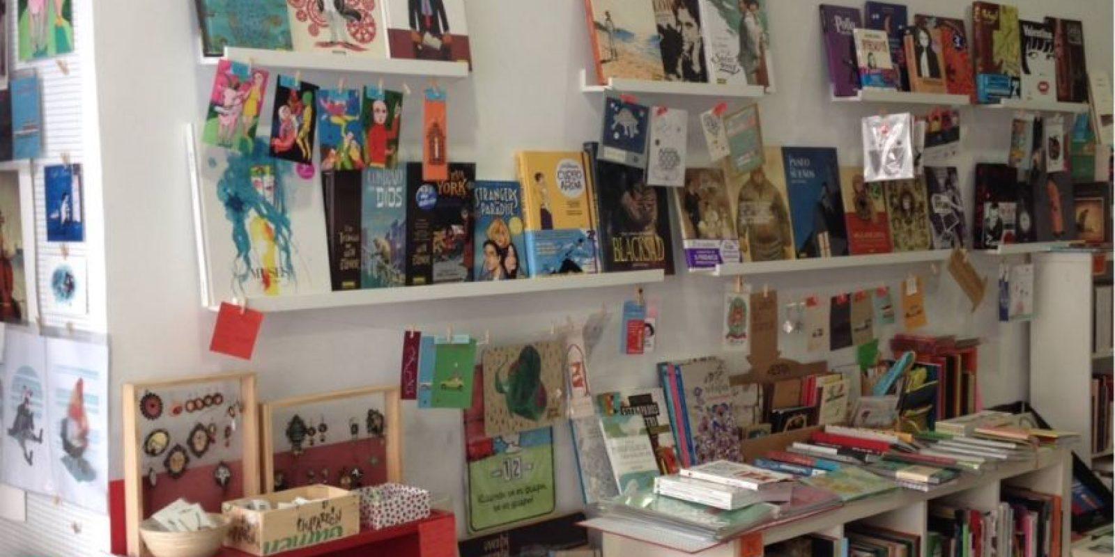 """El mensaje fue colocado en una de las ventanas de la librería """"Casa Tomada"""". Foto:Vía facebook.com/casatomada.sevilla"""