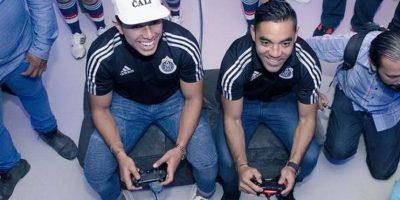 Carlos Salcedo (izquierda) y Marco Fabián (derecha) del Guadalajara de México. Foto:twitter.com/MarcoFabian_10