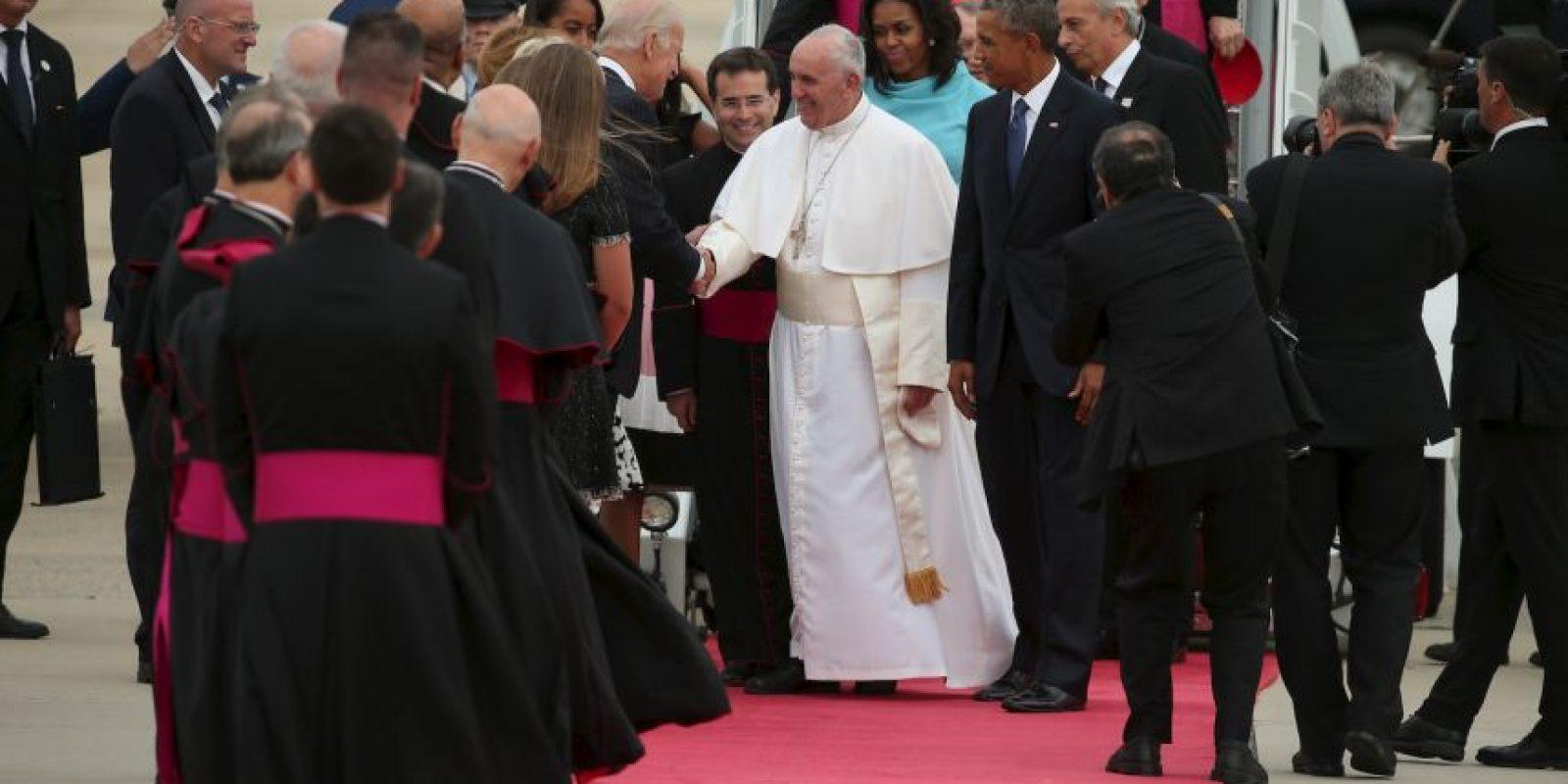 Los seguidores gritaban y hacían porras mientras el pontífice saludaba otros religiosos. Foto:AFP