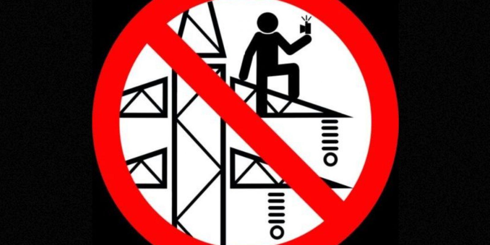 No tomarse selfies en una torre de energía eléctrica. Foto:vía mvd.ru