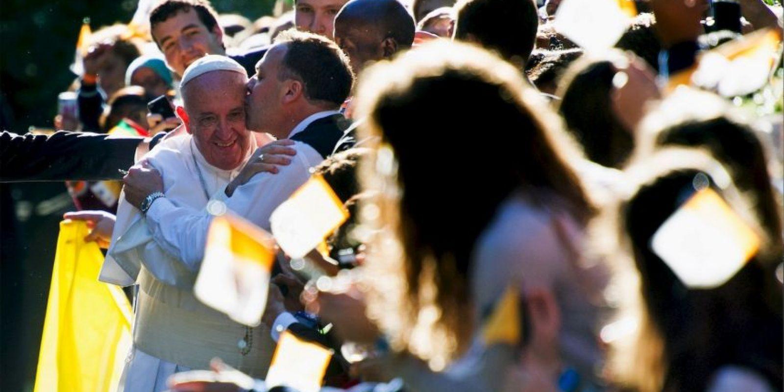 A la salida de la nunciatura apostólica, un hombre lo abrazó y le dio un beso Foto:AP