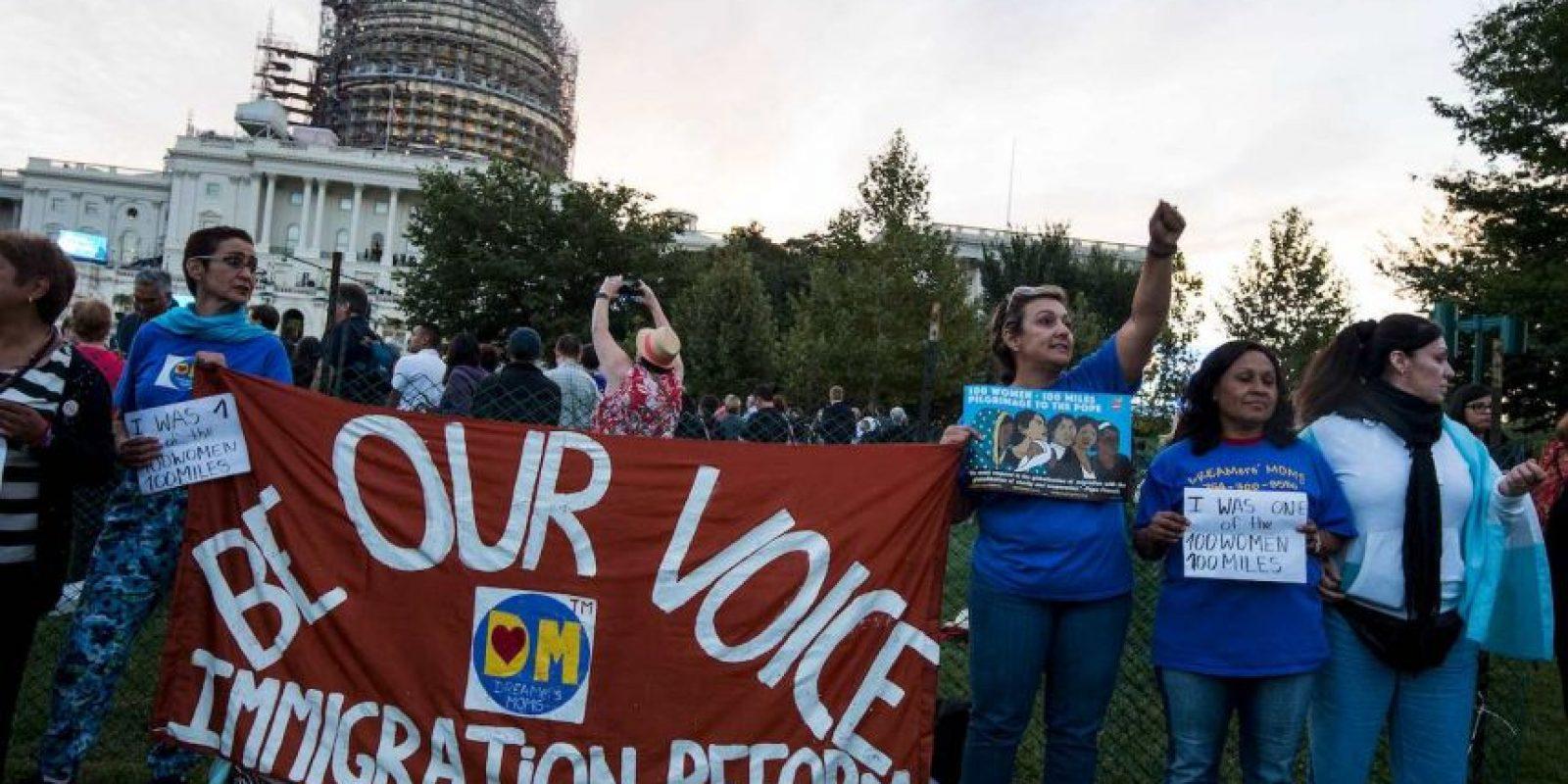 En las afueras hay manifestantes pidiéndole hablar de una reforma migratoria Foto:AFP