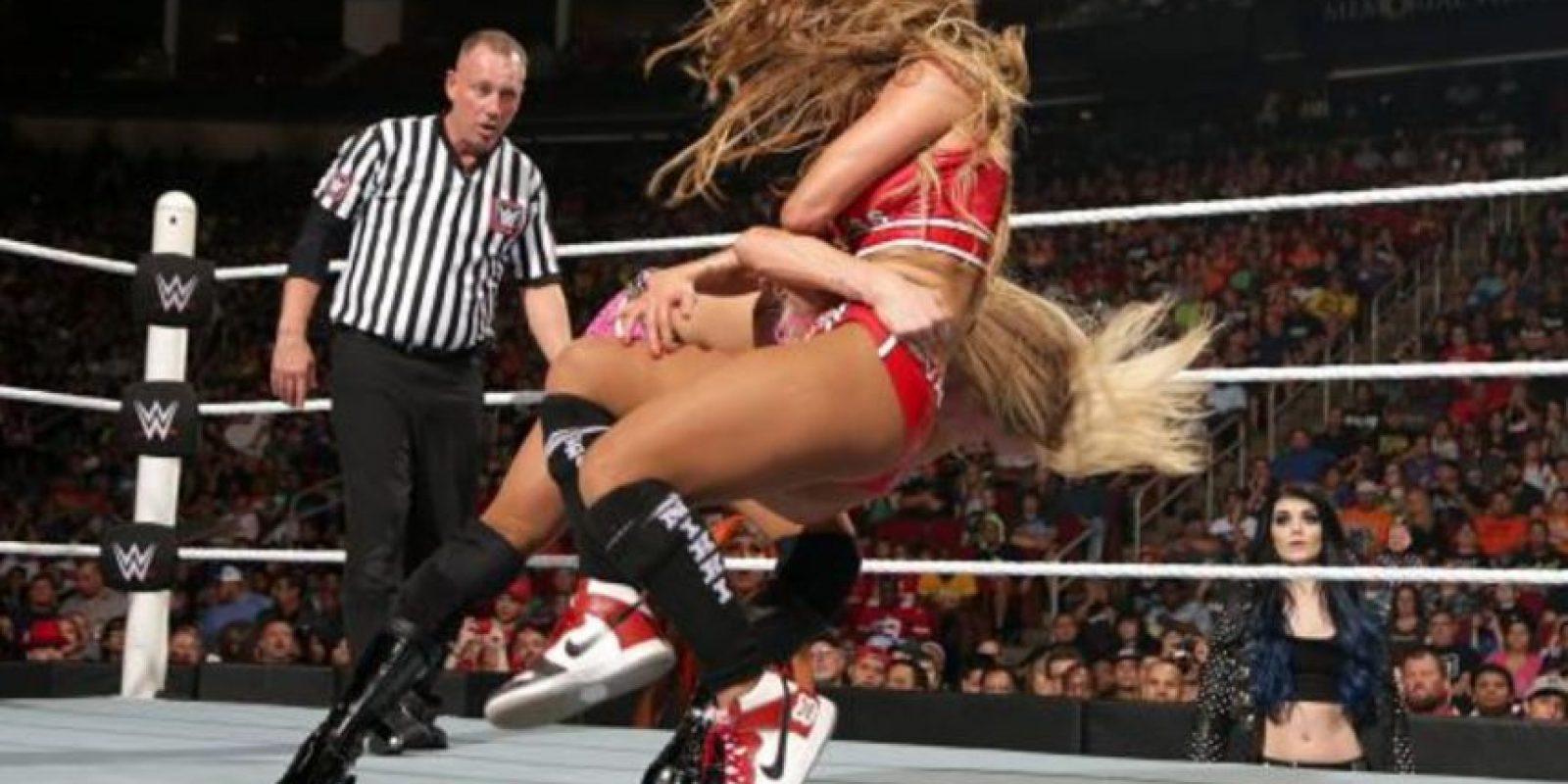 """La rubia forzó a la ahora exmonarca a rendirse, después de aplicarle la llave """"Figura Ocho"""". Foto:WWE.com"""