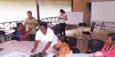 Ligia trabajando con su comunidad.