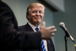 No sería un disfraz completo si no incluyera la emblematica gorra del magnate. Foto:Getty Images