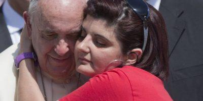 Se dejó abrazar por las personas Foto:AP