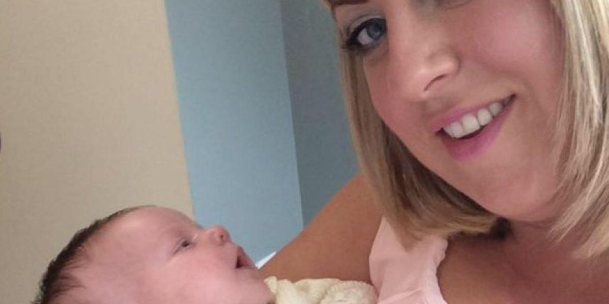 Por darle un beso a su recién nacida casi la matan de forma horrible