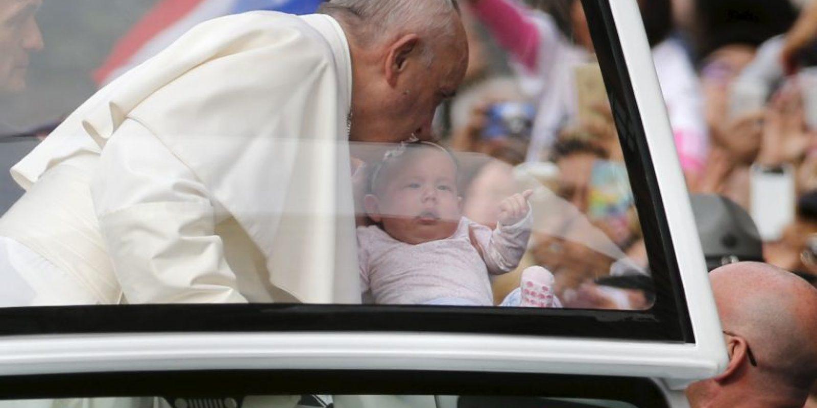 Distintos bebés recibieron un beso del pontífice Foto:AFP